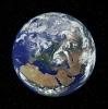 Η Γη μας. Ένα γαλάζιο κόσμημα, σε μαύρο φόντο.
